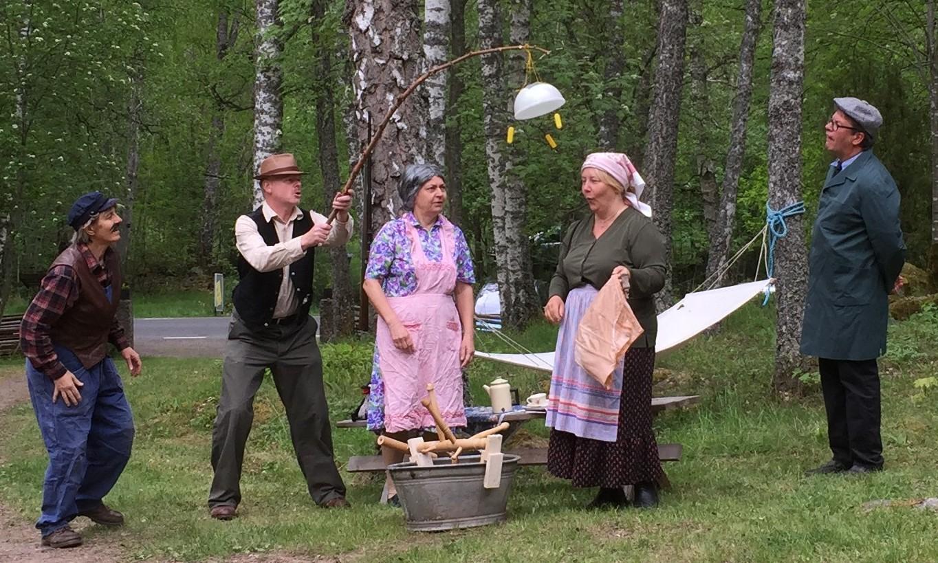 Men det slutar lyckligt! Här syns hela ensemblen; från vänster Majvor Habbe, Agne Habbe, Ann-Sofie Nilsson, Kicki Lundqvist och Veine Lundqvist
