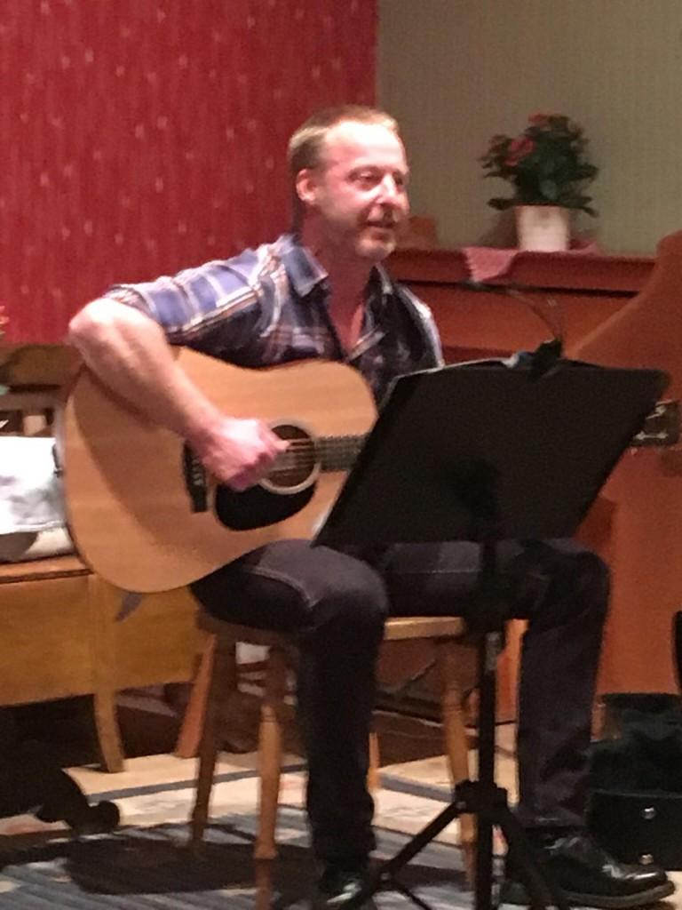 Ove Helgee spelade och sjöng